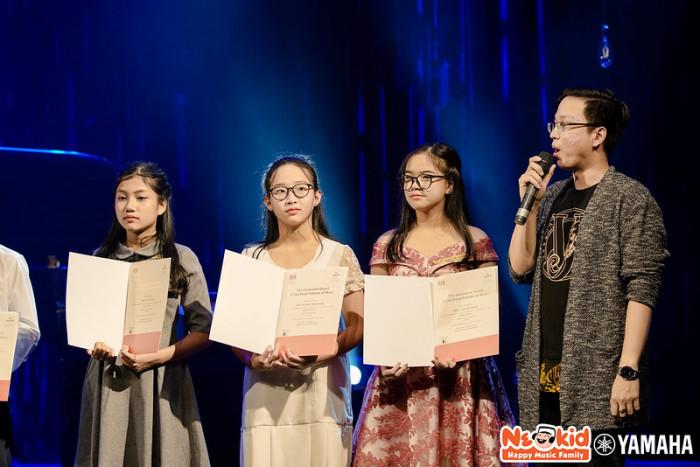 Bảo Trân 16 tuổi ngày càng duyên dáng và xinh đẹp ( thứ 2 từ trái qua)